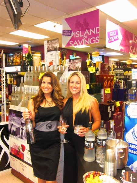 9-24-2011-gulf-liquors-yohana-rodriguez-with-customer